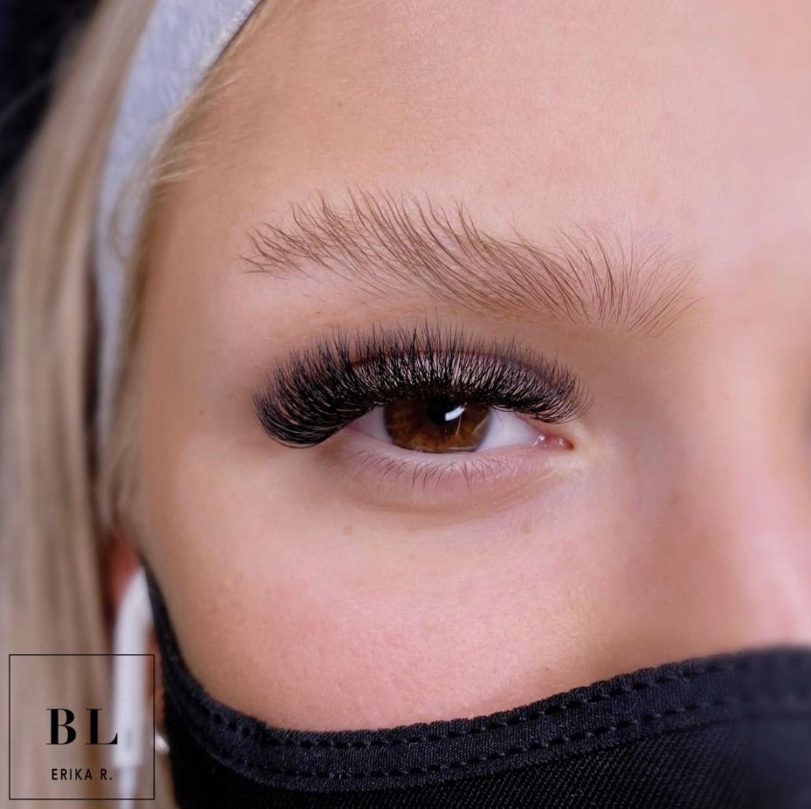 Ripsipidennykset saavat monesti ruskeat silmät näyttämään vieläkin tummemmilta napeilta.